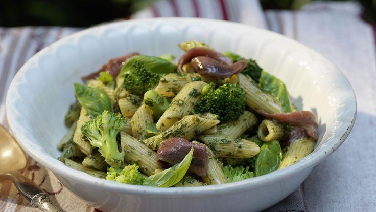 Le insalate di pasta sono antipasti, piccoli piatti principali o componenti di un buffet. Ad esempo con penne, broccoli al basilico e acciughe.