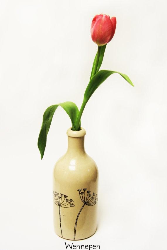 Handbeschilderd aardewerk kruikje/vaasje schermbloem door wennepen, €19.50