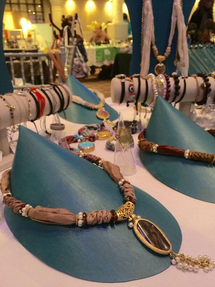 Collar de seda y piedras naturales, con perla de río. Echo en Turquía #rosebettyjoyeria #exhibidores