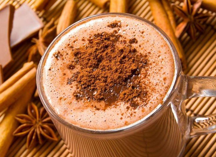 SOUND: http://www.ruspeach.com/en/news/11489/     Для приготовления кофейно-тыквенного молочного коктейля возьмите 60 мл эспрессо, одну чайную ложку коричневого сахара, 125 мл молока, 60 мл тыквенного пюре, половину чайной ложки молотой корицы, четверть чайной ложки молотой гвоздики, четверть чайной ложки молотого имбиря, 5-6 средних шариков кофейного мороженого, 6 кофейных зерен для украшения. Перемешать все ингредиенты блендером. Разлить по стаканам и украсить кофейными зер