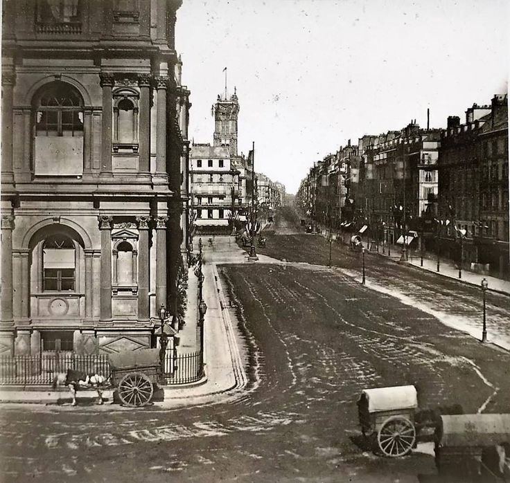 [Le Temps qui passe...] Rue de RIVOLI vers 1860 C'est un autre Empereur, Napoléon III, qui signera la plupart des décrets permettant son percement, et la démolition de nombreuses rues, partiellement ou totalement, dans un tissu urbain alors très dense. Ce percement a fait disparaître environ 40 rues et 510 maisons. Il est achevé en 1856. A cette occasion, quelques opérations connexes sont menées, comme l'extension de la place de l'Hôtel-de-Ville et le percement de la rue des Halles, par…