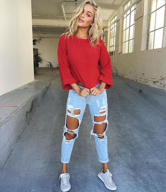 Suéter vermelho, jeans destroyed, dênis esportivo cinza