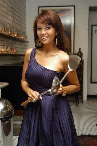 Farah Quinn tak ubahnya seorang selebritis berkat acara masak-memasak yang pernah diasuhnya di sebuah televisi swasta. Parasnya yang cantik dan body-nya ya