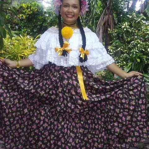El sábado 17 de junio, una de las creaciones de la familia salió a mostrarse en el desfile de egresados del AMH. Camisa, lazos y gallardetes confeccionados por mi persona @kaitroya09 y faldón elaborado por mi madre #MayraFlores 😊💪 Felices por lo aprendido y conservando nuestras tradiciones Gracias a @manospanamenas por sus enseñanzas. ............................................ Foto by @taniamariaflores ............................................ #Folclor #Amorporlapollera…