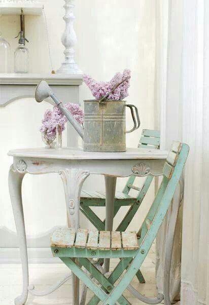 ¿No queda preciosa una regadera como florero? Una idea de decoración muy vintage