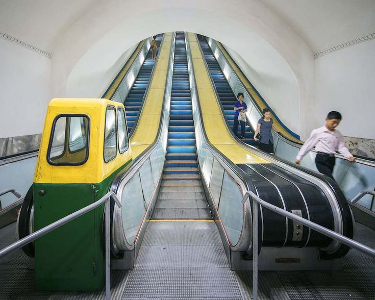 Pyongyang metro - Photo by Raphael Olivier.