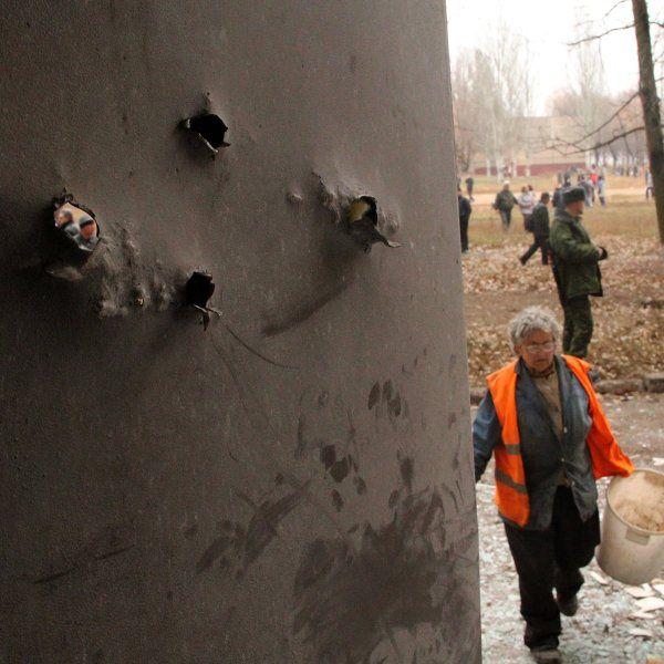 Киев 18 января нанес серию ударов авиабомбами большой мощности по жилым кварталам Горловки. Как сообщили в штабе ДНР, в результате бомбардировки погибли более 30 мирных жителей, в том числе дети.