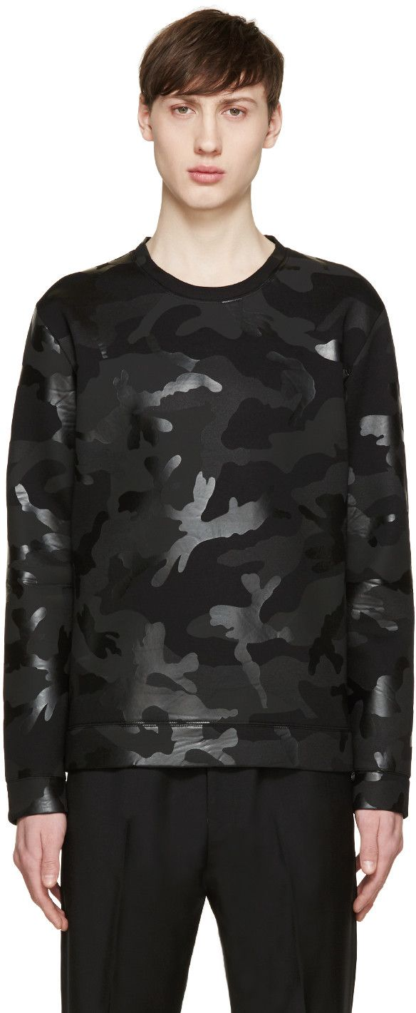 Long sleeve neoprene sweatshirt featuring camouflage pattern in tones of black. Crewneck collar. Bonded lining. Tonal stitching.