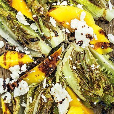 De lite fastare sorterna gem- och romansallad är som gjorda för att grilla. Till det blir det färsk mango, getost i form av chèvre, japansk soja och några matskedar rapsolja – mer än så behövs inte för att skapa en grillad sallad som är en smakmässig fullträff!