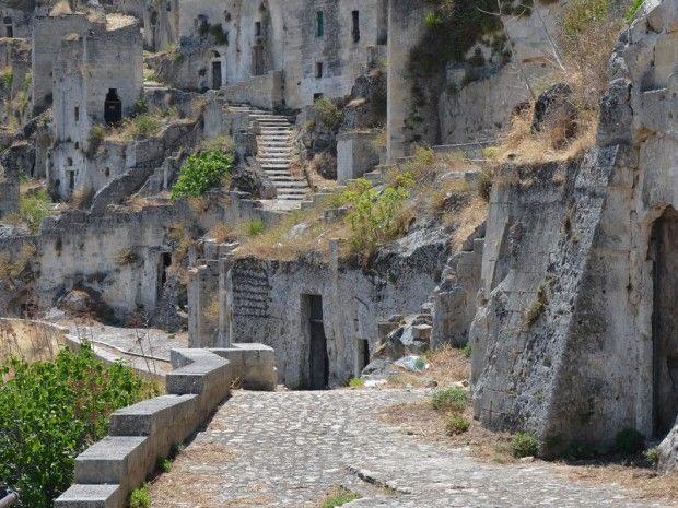 De grotwoningen in Matera werden tot de jaren '50 van de vorige eeuw bewoond door arme gezinnen. Ondertussen is het UNESCO werelderfgoed en een bezoekje waard!
