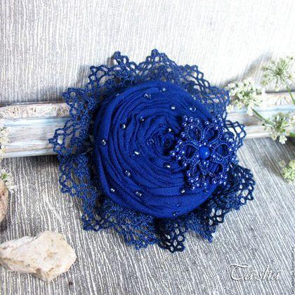 Купить или заказать 'За синей звездой' брошь цветок из ткани в интернет-магазине на Ярмарке Мастеров. Небольшая яркая брошь для вашего летнего образа. Из цветочной коллекции. Брошь выполнена из батиста темно-синего, насыщенного, глубокого цвета. В обрамлении броши хлопковое кружево в тон ткани. Брошь расшита стеклянным бисером. Акцент в броши - ажурный элемент (это кружево ручной работы, выполненное в технике фриволите) .В центре кружевной красоты бусина лазурита с огранкой.