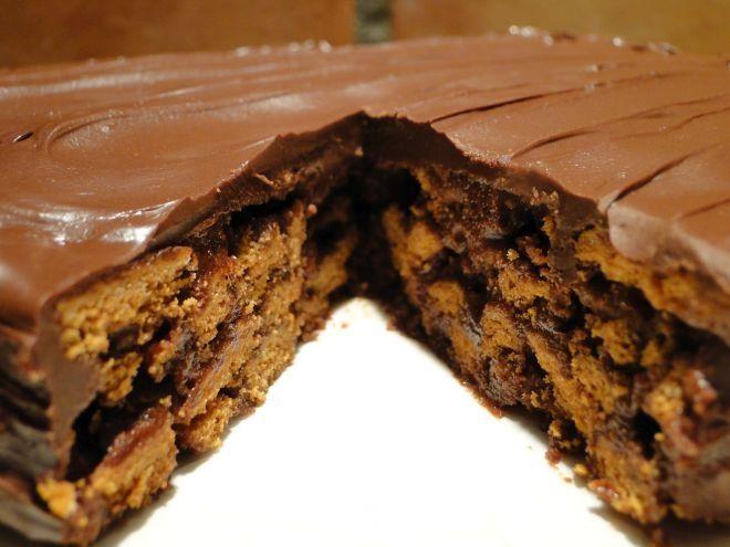 Πεντανόστιμο γλυκό ψυγείου με σοκολάτα και μπισκότα έτοιμο σε 15 λεπτά!