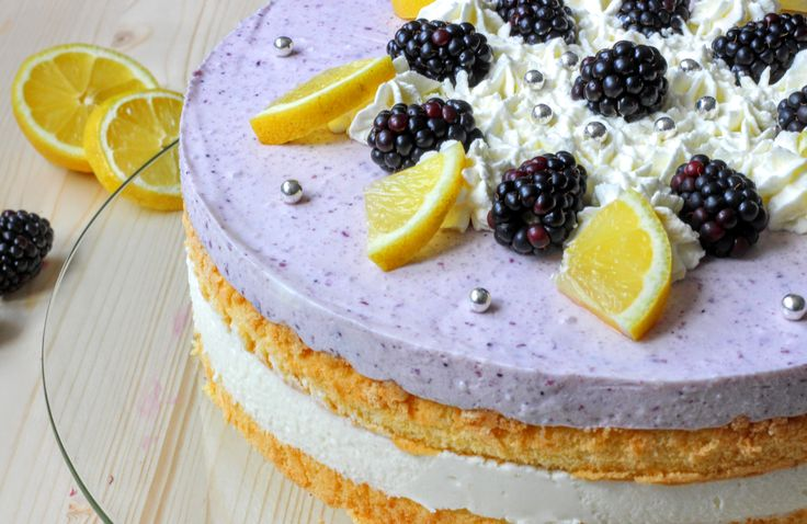 So und nicht anders schmeckt der Sommer! Die Brombeer-Buttermilch-Torte vereint die Süße der frischen Beeren mit der leichten Säure der Buttermilch-Creme.