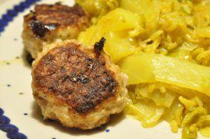 Karrykål med porrer og ris smager SÅ godt. Hvidkål er sundt og billigt og retten er nem at lave. Smager virkelig lækkert serveret med de bedste frikadeller til.