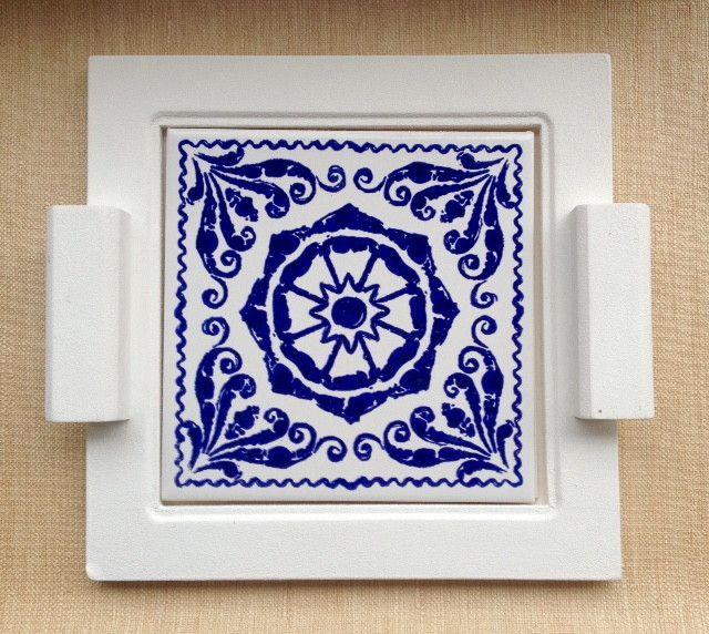 Bandeja em mdf com pintura branca e aplicação de azulejo decorado. Pode ser utilizada como bandeja para servir um suco ou cafézinho, como suporte para travessas na mesa durante refeições ou simplesmente como item decorativo