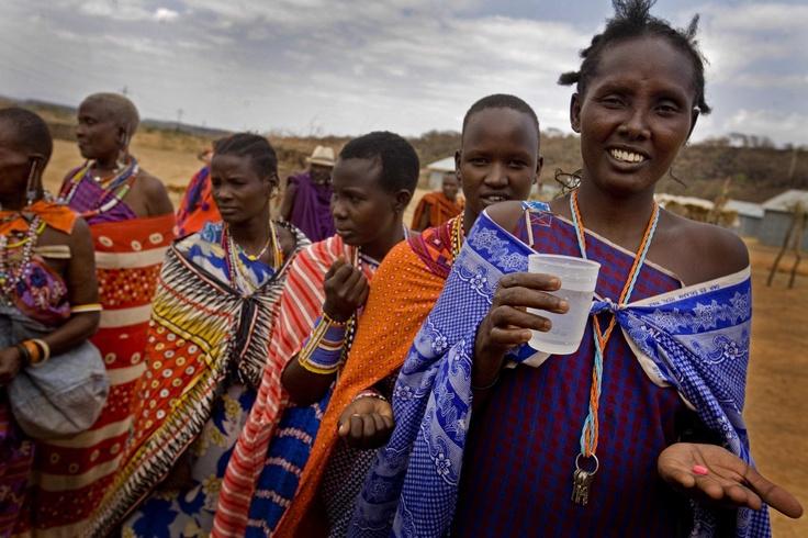 Mary insieme ad altre donne mentre aspettano di ricevere l'antibiotico che le proteggerà dall'infezione del tracoma
