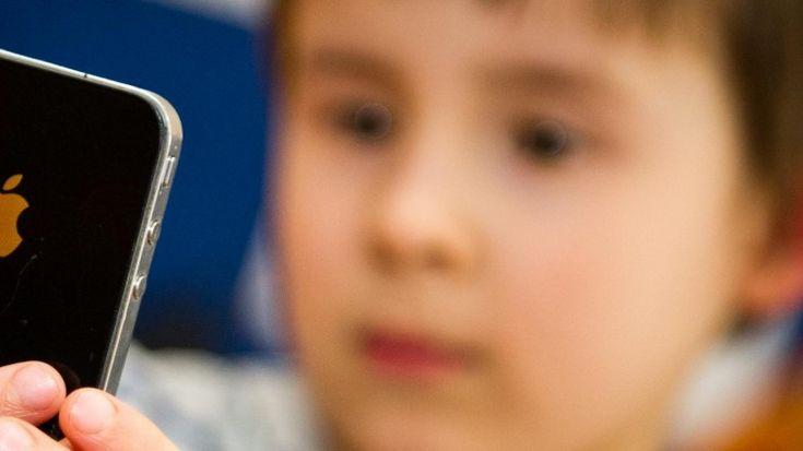 Unter anderem Hyperaktivität und Fettleibigkeit sollen Smartphones bei Kindern fördern, stellt eine Studie der Bundesregierung fest. Die Medienpsychologin Astrid Carolus sagte im DLF, es sei überhaupt nicht klar, wie hoch der Zusammenhang sei und welche Faktoren sonst noch eine Rolle spielen würden. Und: Der Ruf nach Verboten ginge schlicht an der Realität vorbei.
