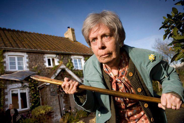 Ytimg.com Пожилая женщина предстала перед судом закражу вместном магазине. Судья спрашивает: —Что выукрали? —Банку консервированных персиков. Пораженный спокойствием старой леди, судья спросил, п…