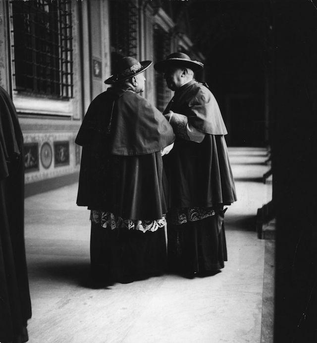 Roma negli anni Cinquanta, solita e stupenda: Due cardinali chiacchierano nella loggia de Vaticano, nel 1950. (Von Matt/Three Lions/Getty Images) - Il Post