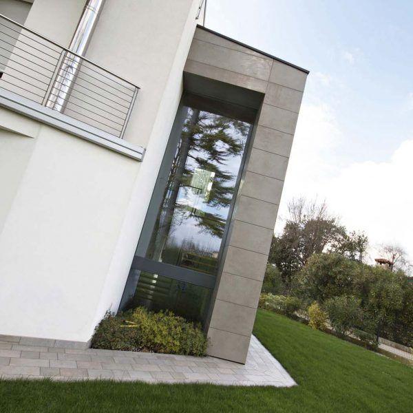 Il sistema ISOS si compone di vetrate fisse, disponibile anche per grandi dimensioni con ottime performance termiche e acustiche. Per chi ama la sensazione di massimo comfort e fluida osmosi tra home living e l'outdoor, in virtù della continuità progettuale fra pavimento interno ed esterno. Con ISOS il dentro è fuori, e viceversa.