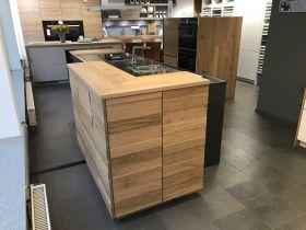 LEICHT Küche TOCCO-E in graphitgrau in Kombination mit Echtholz VALAIS und Natursteinarbeitsplatte Neroasoluto #design #kitchen #Küche #moderndesign #modern #evo
