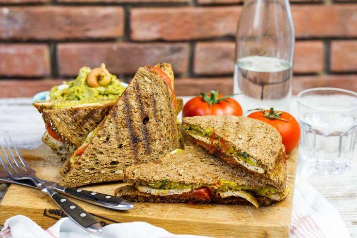 Recept voor vegan sandwich voor 4 personen. Met zout, olijfolie, peper, tofu, bruin brood, tomaat, rode pesto, tuinbonen (diepvries), basilicum en cashewnoot