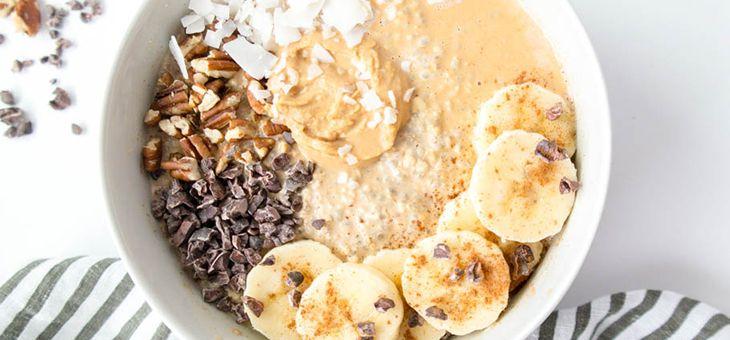 Porridge di banana, avena e semi di chia profumato al limone