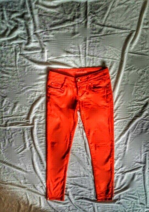 Czerwone/ pomaranczowe spodnie rurki z zameczkami
