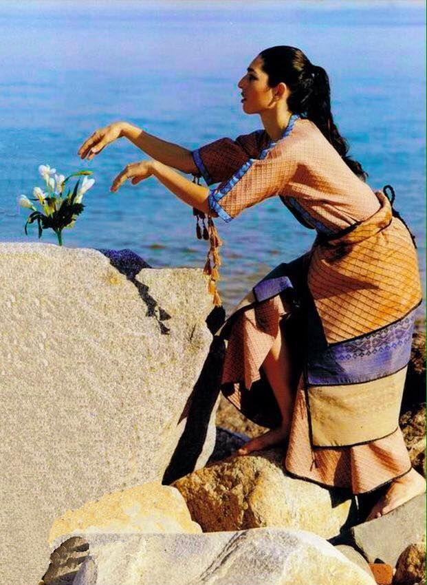 Replica of Minoan clothing by Bernice Jones, in Archaeology Magazine. Αντίγραφο της Μινωικής ένδυσης από την Μπερνίς Τζόουνς, στο περιοδικό Αρχαιολογία.