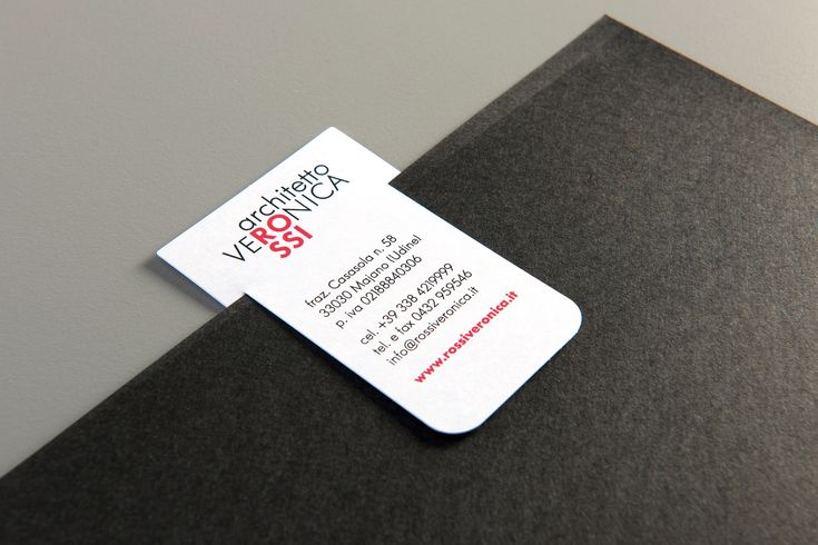 Studio del marchio personale dell'architetto Veronica Rossi. Applicazione a tutta l'immagine coordinata. Biglietto da visita con doppia funzione.