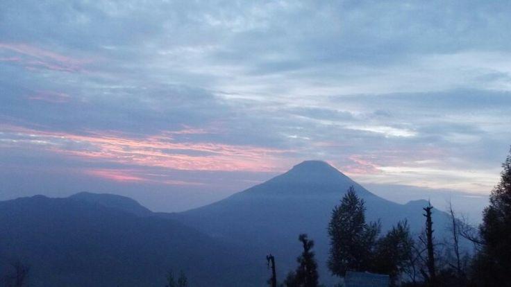 From Sikunir waiting sunrise, Dieng. #sunrise #prau #sikunir