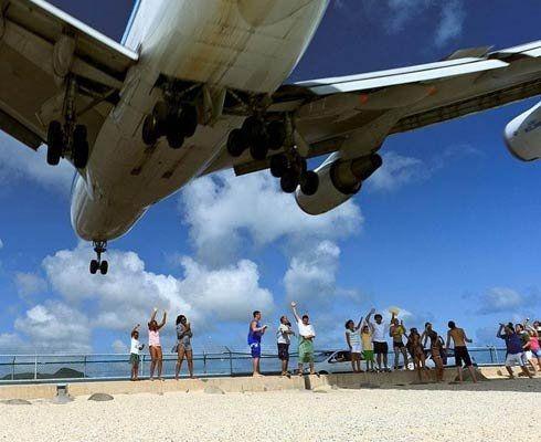 O vacanta inseamna pentru majoritatea dintre noi relaxare. Plaja Maho Beach seamna mai degraba cu un aerport si astfel vacanta devine sport extrem!