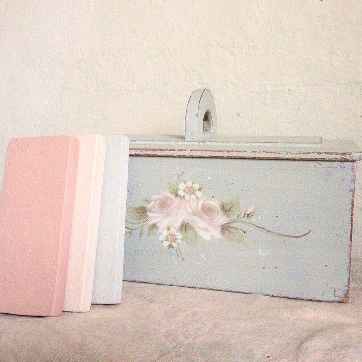 Så underbart sköna kulörer av ❤️Miss Mustard Seed's Milk Paint! ❤️Här har jag målat lådan i Mora, blommor och blader med Arabesque, Marzipan, Ironstone, Luckets Green och Curio.  #mmsmilkpaint #heartmilkpaint #arabesque #mora #marzipan #milkpaint #färg #måleri #antique #inredning #rosor #roses #pink #blue #loppis #österlen #skåne #måla #antik #pastell #gustavian #dekor #färg #måleri #möbelmålare