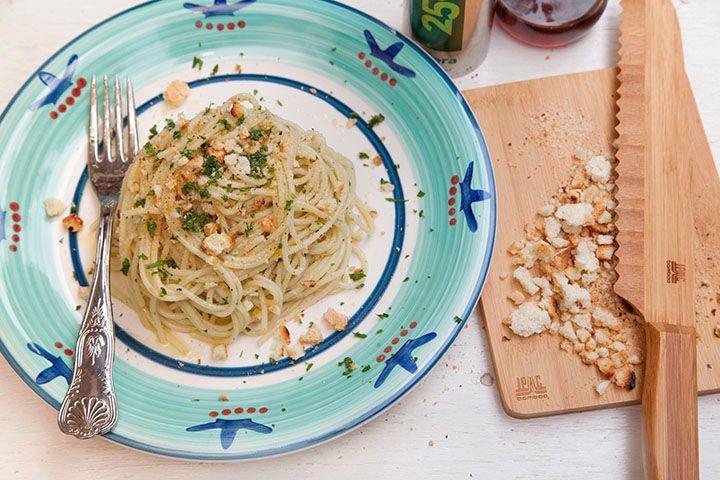 Ricetta Spaghetti con colatura di alici di Cetara e briciole di pane tostato