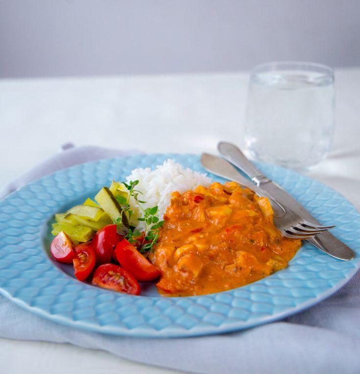 Stroganoff gjord på halloumi istället kött för kött. Grytan blir riktigt mustig och god. Testa även att göra en ljuvligt god carbonara med halloumi, recept hittar du HÄR! 4 portioner 150 g halloumi 1 gul lök 1 röd paprika 6-8 st färska champinjoner 1 vitlöksklyfta 400 krossad tomat 3 dl grädde (valfri fetthalt) 1 tsk dijonsenap 1 grönsaksbuljongtärning (kan ersättas med salt) Salt och peppar Olja till stekning TIPS! Du kan byta ut paprika och champinjonerna mot andra goda grönsaker som du…