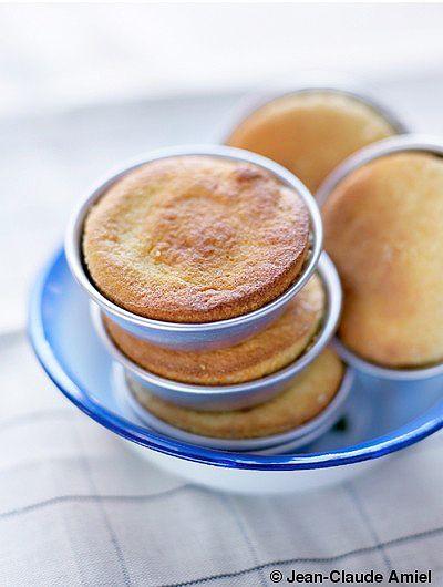 Recette Gâteau d'amande à l'orange  : Préchauffez le four sur th. 5/150°. Lavez l'orange sous l'eau chaude. Prélevez 3 ou 4 fins morceaux de zeste ...