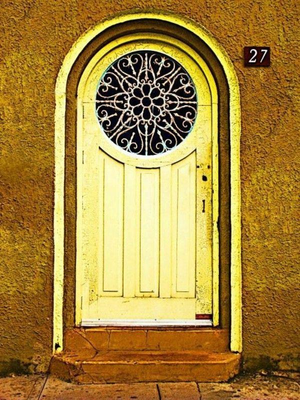 fenêtre de porte jaune d'environ extérieur