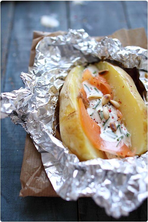 Pommes de terre cuites en robe des champs, saumon fumé et sauce aigre