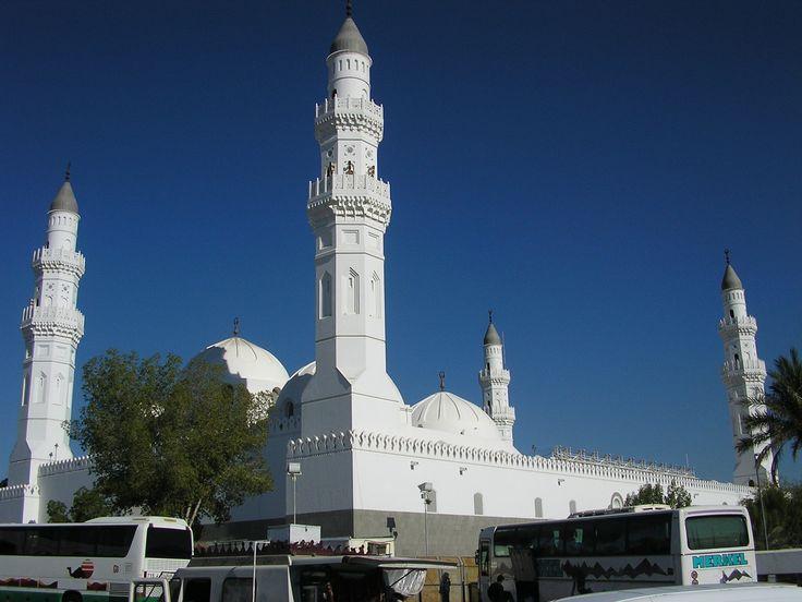 Masjid Quba' adalah masjid yang pertama kali didirikan Nabi Muhammad SAW ketika tiba dari Hijrah dari Makkah ke Madinah. Letaknya sekitar 5 Km arah barat daya Madinah. Di Masjid inilah untuk pertama kalinya shalat berjamaah dilakukan secara terang-terangan.