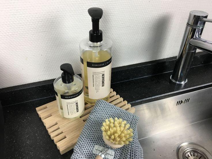 Deze afwasmiddel van HUMDAKIN is sterk genoeg om vuil en vet op een effectieve manier te verwijderen. Tegelijk beschermt de zachte formule je huid, zodat die niet uitdroogt. Bevat natuurlijke extracten van duindoorn en salie, en is vrij van kleurstoffen, parabenen en parfum. De stijlvolle (pomp)fles staat ook heel mooi op je aanrecht!   #duurzaam #schoonmaakmiddel #afwasmiddel #keukenaccessoires #byjensen