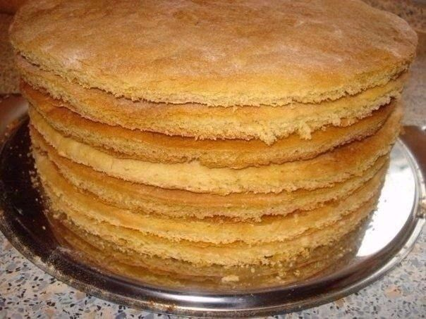торт на сковороде  двести грамм сметаны и одна чайная ложечка соды пищевой, плюс двести грамм сахарного песка и три стакана муки.