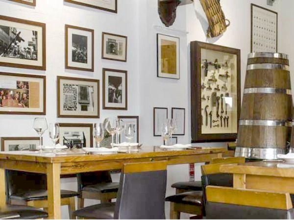 De beste en tevens oudste tapasbar van Valencia: Bodega Casa Montana! In de wijk Cabanyal. Ontdek deze en meer hotspots in de Valencia City Guide >>