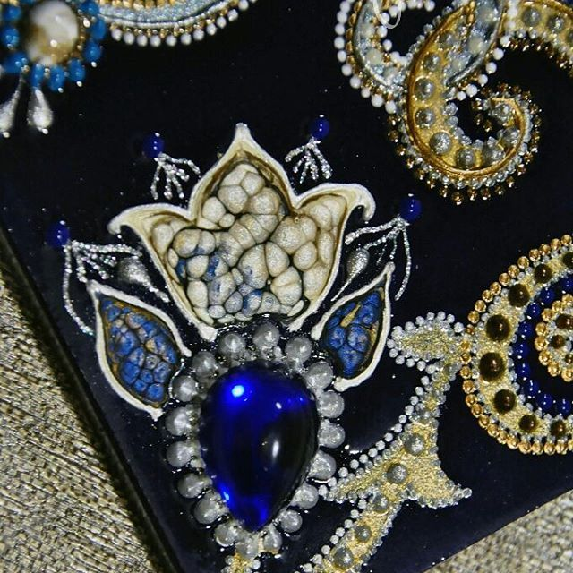 Серебряный цветок, выросший из золотой клетки 😍... Призма - это конечно что-то отдельное, бесконечные аплодисменты ее создателю 🎨 #handmade #handpainted #mirror #зеркало #exclusive #decor #design #interiors #pointtopoint #beautiful  #ручнаяработа #творчество #art #royal  #точечнаяроспись #mandala #gift #celebration #glassart #интерьер #glasses #homedecor #pearl #swarovski #lace #gold #blue #silver #flowers #pebeo