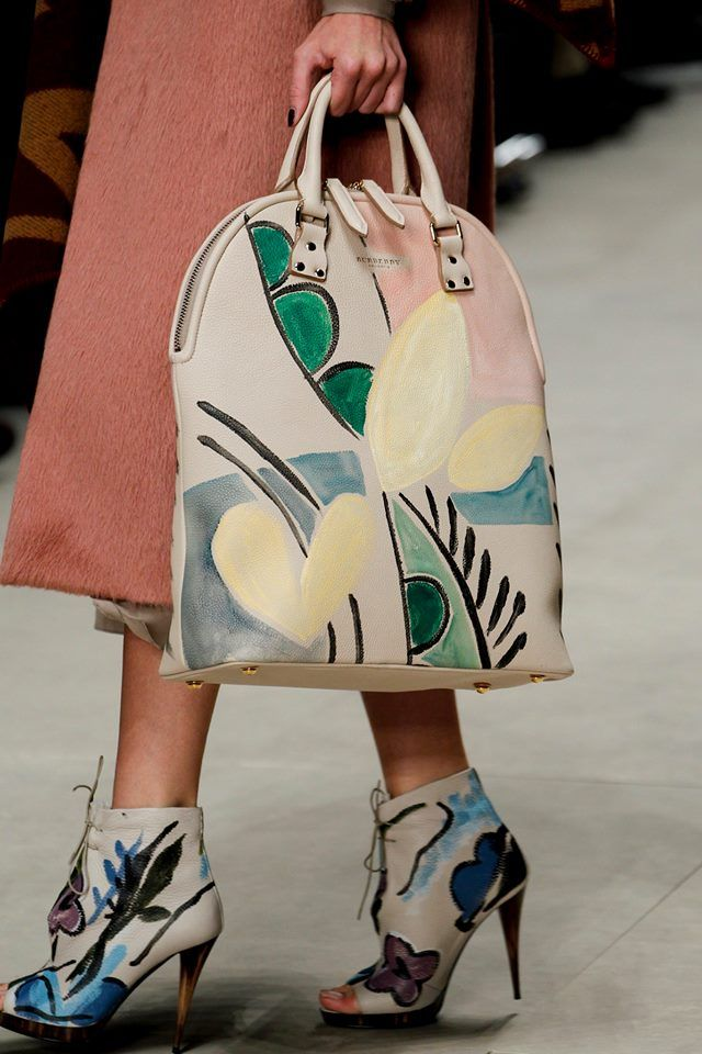 Bags and shoes got an artistic update at Burberry Prorsum Fall/Winter 2014-2015, painted beautifully in soft colors http://voguefr.fr/Burberry-FW1415 #LFW #FW2014