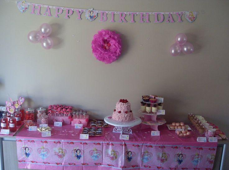 Impressie: roze (hartjes) ballonnen, tafelkleed, tule strikken...