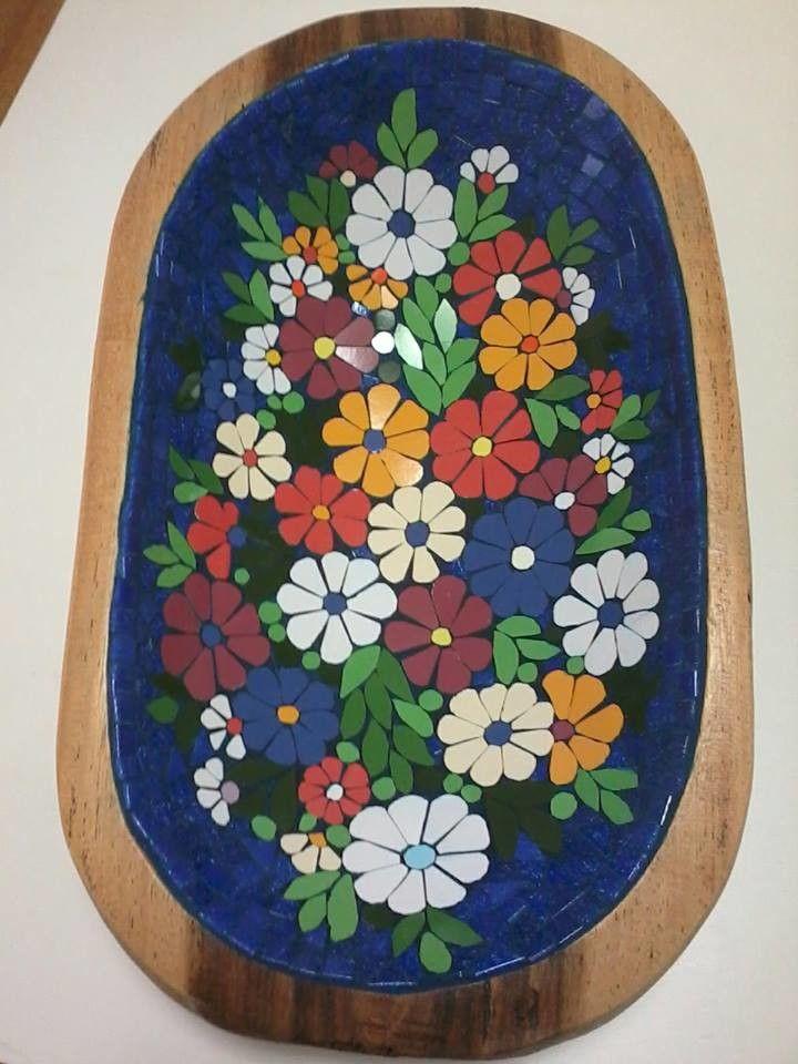 Gamela de madeira natural revestida em mosaico floral. Linda peça que poderá ser utilizada na decoração ou como um útil fruteira para sua casa. Escolha as cores e o motivo do mosaico.