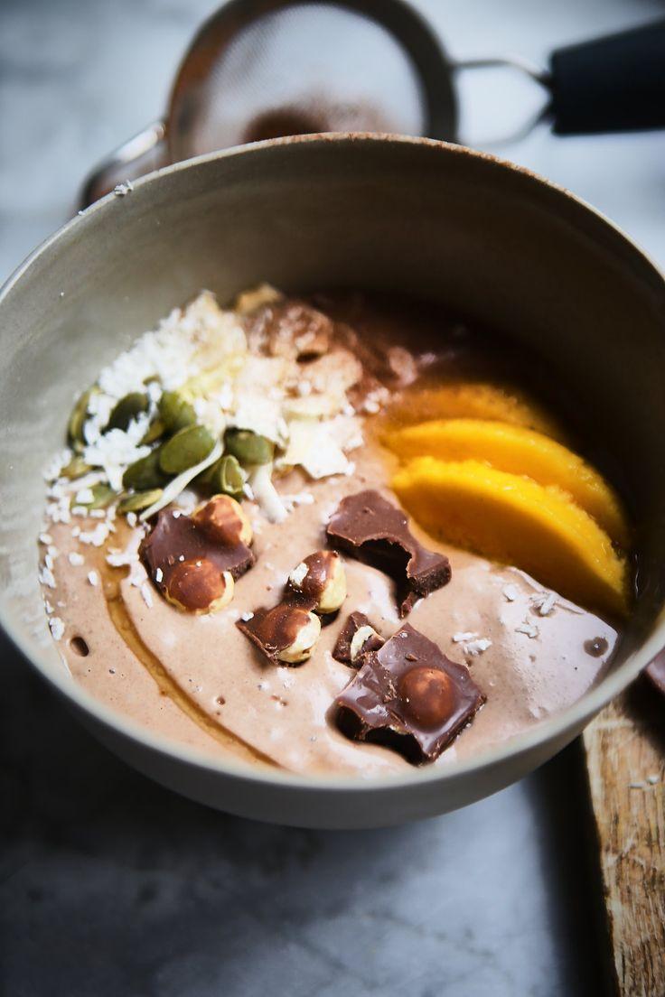 1 1/2 fryst banan 4 msk kesella 1 msk raw chokladpulver 2 dadlar en skvätt mandelmjölk 3 msk havre 1 msk jordnötssmör 1 nypa chiliflaks
