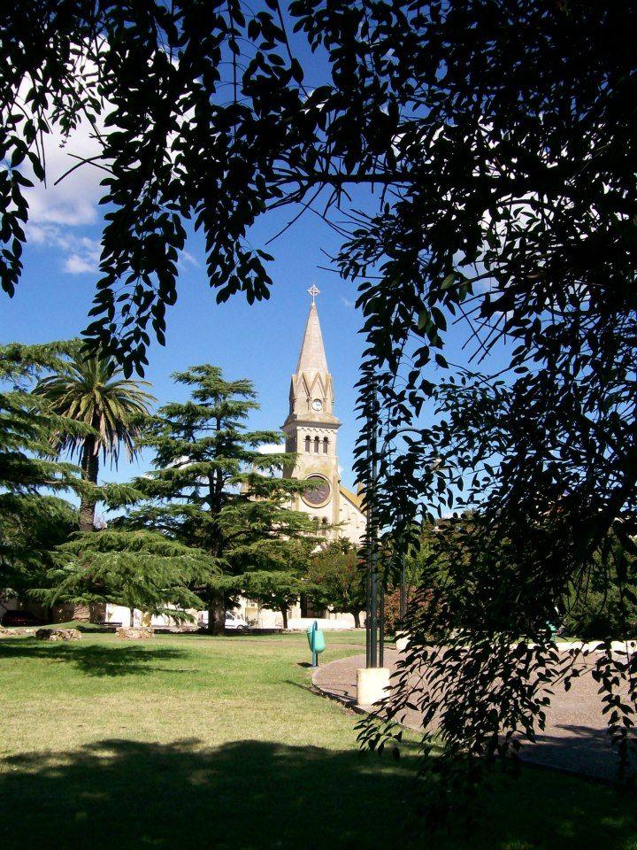 Lobería. vista de la plaza principal y la Iglesia Nuestra Señora del Carmen, sobre calle Aristóbulo del Valle