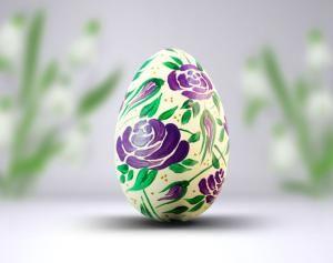 Ręcznie malowana pisanka z równomiernie rozmieszczonym wzorem liliowych kwiatów.