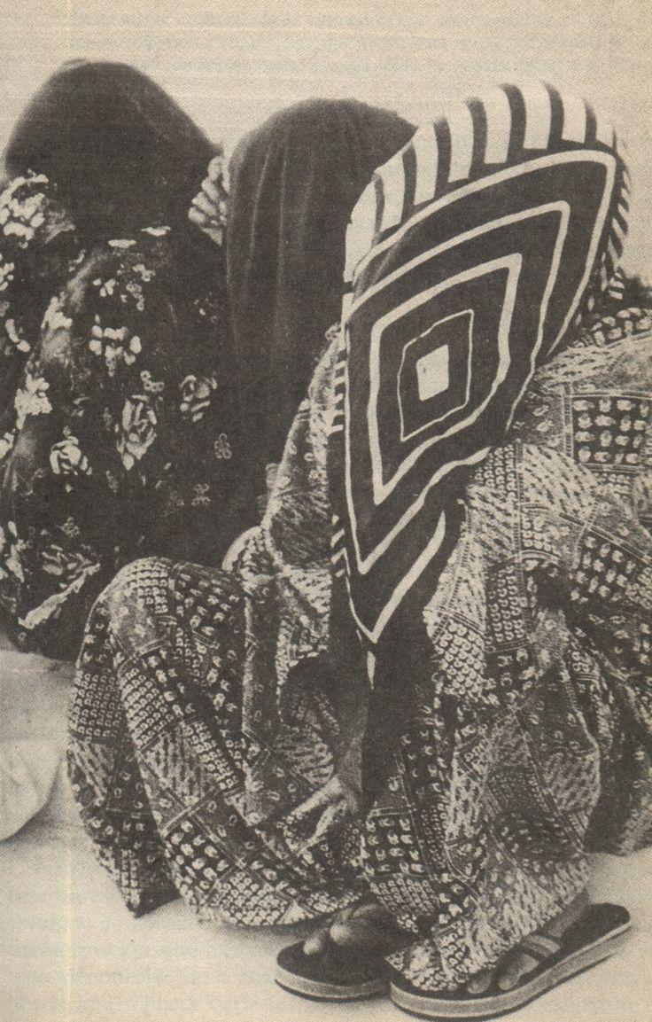 anthropologica:   Morimos dos veces, y dos veces enterramos a nuestros muertos. Las osamentas se guardan en unas bolsitas.  Michel PerrinLos practicantes del sueño: El chamanismo wayuu Para hacerse fan de Perrin en Facebook: http://www.facebook.com/LeChamanisme: